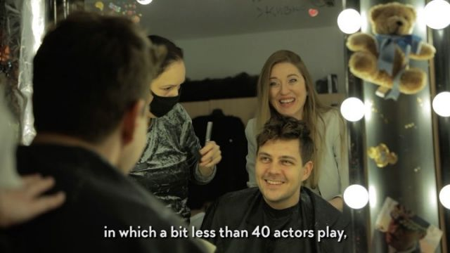 """Šminkernica @beogradskodramskopozoriste uoči prvog livestream-a pozorišne predstave u istoriji teatra u Srbiji bila je epicenter uzbuđenja čitave ekipe koja je nestrpljivo iščekivala da predstava """"Kad su cvetale tikve"""" ode u svet i zauvek zauzme posebno mesto u srcima publike u 572 grada koja je te večeri bila uz nas.  Divna @onatasamarkovic nam je otkrila kako je to deliti scenu Olivera i Rade Marković sa golubovima i po čemu je sve ova predstava, koja traje punih sedam pozorišnih sezona, posebna.  Uživo prenosom predstave """"Kad su cvetale tikve"""" u punom trajanju od 140 minuta sa čak devet kamera uz dostupne prevode na engleskom i ruskom jeziku smo otpočeli misiju koja za cilj ima uvođenje na velika vrata srpske kulture i dostignuća naših talentovanih umetnika na svetsku pozornicu! Kroz trideset minuta pratećeg programa, koji je prethodio livestream-u, želeli smo da vam prenesemo ushićenje koje je vladalo među glumcima predstave """"Kad su cvetale tikve"""" i približimo vam Dušanovac, predgrađe koje je okupilo Ljubu Vrapčeta, njegove prijatelje i suparnike.  Pozorišna magija leži u živoj interakciji glumaca koji proživljavaju svoje uspehe i poraze """"na korak"""" od publike - a livestream-om korak je zamenio """"klik"""" a fizičku udaljenost smo obesmislili.  Hvala vam što ste nam bili podrška prilikom iskoraka u nepoznato!  @bokserskisavez  @russianboxingfederation  @beogradskodramskopozoriste  @visa.srbija  @vojvodjanska_banka  @wellness_zvanicna  @globos_osiguranje      #archangeldigital #ads #beogradskodramskopozoriste #kadsucvetaletikve #livestream #uzivopozoriste #milosbikovic #jugradivojevic #onlinetheatre #culture #cultureincoronatime #newnormal #pozoristezasve #pozoristezivi #onlinepozoriste #bokserskisavezsrbije"""