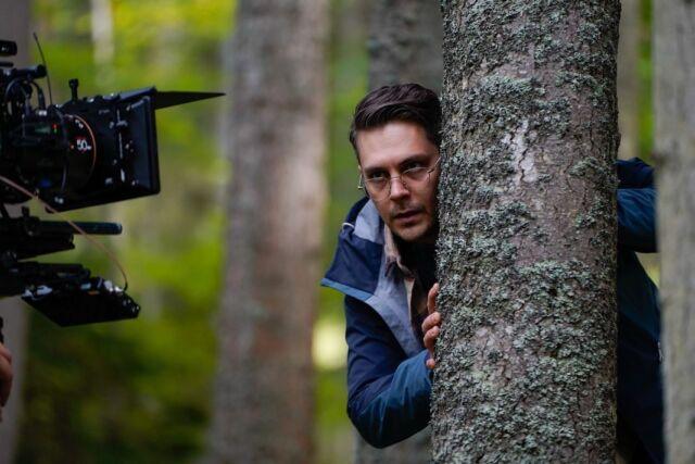 """Pala je prva klapa novog filma """"Izolacija""""!   @archangel_digital u koprodukciji sa @viktorijafilm, @livada_produkcija i #talkingwolfproductions otpočeo je snimanje psihološkog trilera """"Izolacija"""" u režiji Marka Backovića.   """"Izolacija"""", prema scenariju Marka Backovića i Marka Jocića, smešta priču, o entuzijastičnom biologu koji iznenada dobija dobro plaćeni posao, duboko u šumu i upliće ga u dešavanja na ivici realosti – ili van nje.   Uz @bikovic, koji tumači glavnu ulogu, u filmu ćemo gledati i Anicu Dobru, Miodraga Miki Krstovića, Marka Mak Pantelića i Mladena Andrejevića.   #staytuned   @viktorijafilm @livada_produkcija @bikovic @like_the_water_for_chocolate @markomakpantelic   #milosbikovic #bikovic #markobackovic #anicadobra #miodragmikikrstovic #mladenandrejevic #newmovie #izolacijafilm #filminserbia #shooting #archangeldigital"""